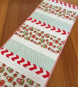 Christmas table runner from fabric strips free pattern
