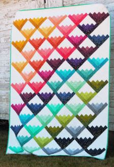 Log cabin triangle quilt design from jelly roll fabric strips free sewing pattern
