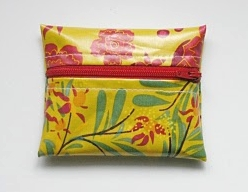 Small zipper coin purse from oilcloth free sewing pattern