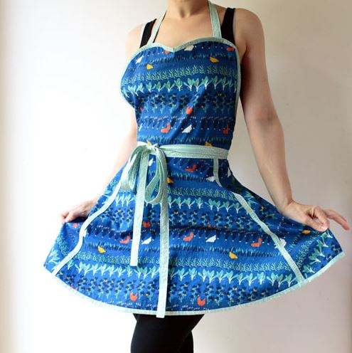 Retro full apron with sweetheart neckline free sewing pattern