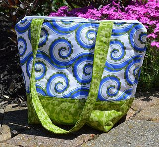 Small quilted tote bag with flat bottom free sewing pattern
