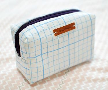 Square box style zippered toiletry bag free sewing pattern