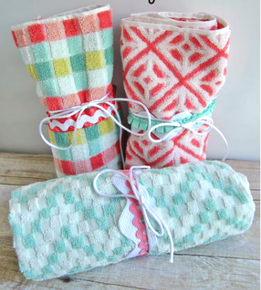 Fabric toiletry roll-up for travel free sewing pattern