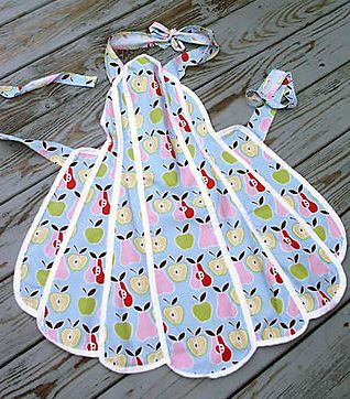 Vintage retro full apron with scalloped hem free sewing pattern